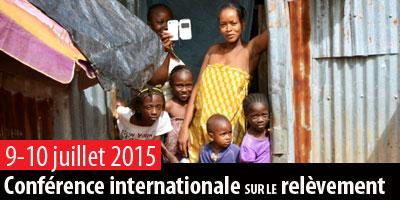 Famille devant sa maison à Freetown, en Sierra Leone - Photo PNUD