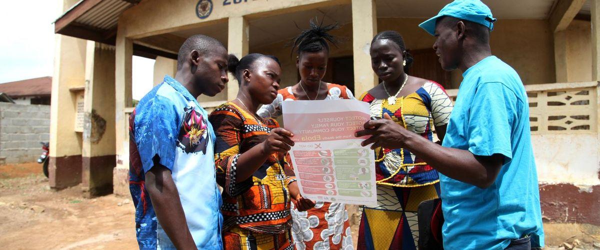 Les partenaires de la coalition sensibilise lse communautés afin de prévenir la propagation du virus Ebola, Libéria. Photo UNICEF/Jallanzo