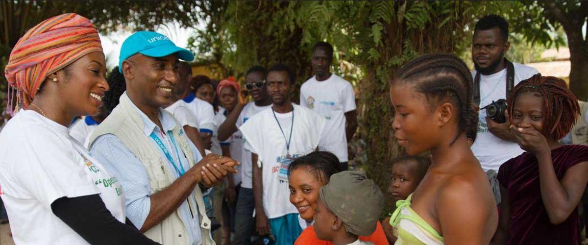 Visite du maire dans une communauté pour discuter de l'opération « Arrêtons Ebola! » (Paynesville, au Libéria).