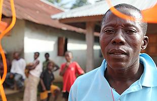 Foday Kamara, employé de l'hôpital de Magburaka, a rejoint sa famille et les membres de sa communauté en quarantaine à Massessehbeh. Photo OMS/S. Gborie